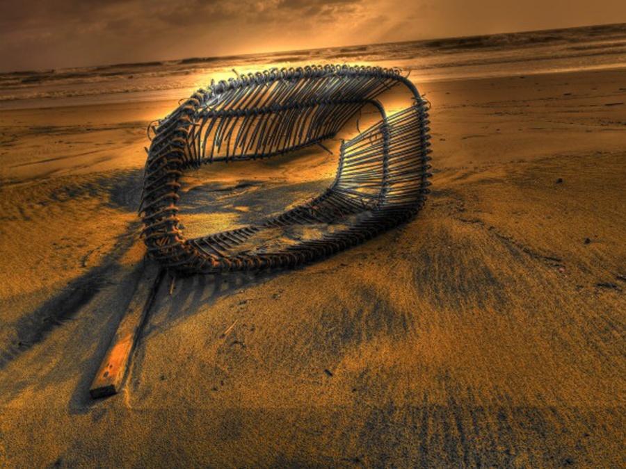 cesto in riva al mare hdr