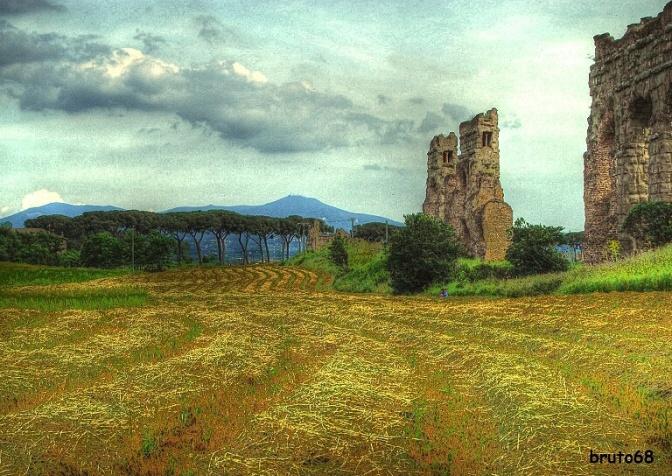 vista aquedotto romano con campo seminato