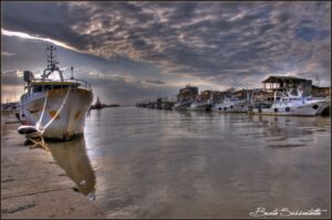 barca ormeggiata sulla riva porto