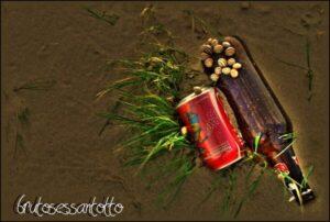 rifiuti lasciati sulla spiaggia