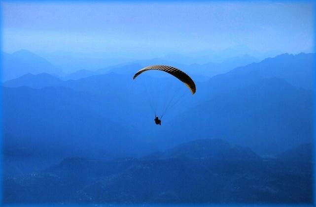 deltaplano che vola nel cielo blu