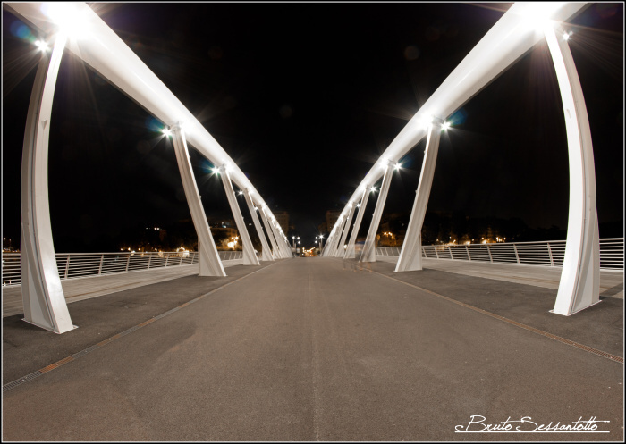 veduta ponte di notte bianco