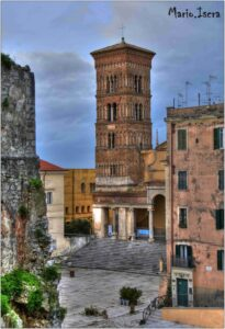 torre chiesa con piazzale
