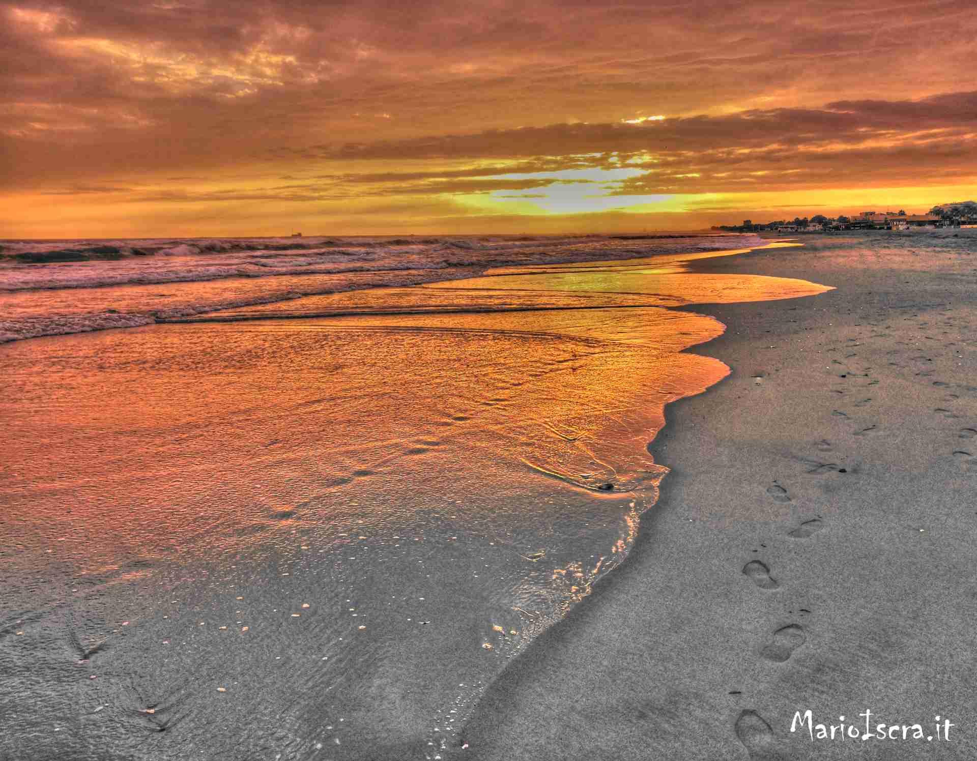 onde sulla riva al tramonto