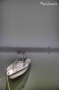 barca ancorata a riva in porto