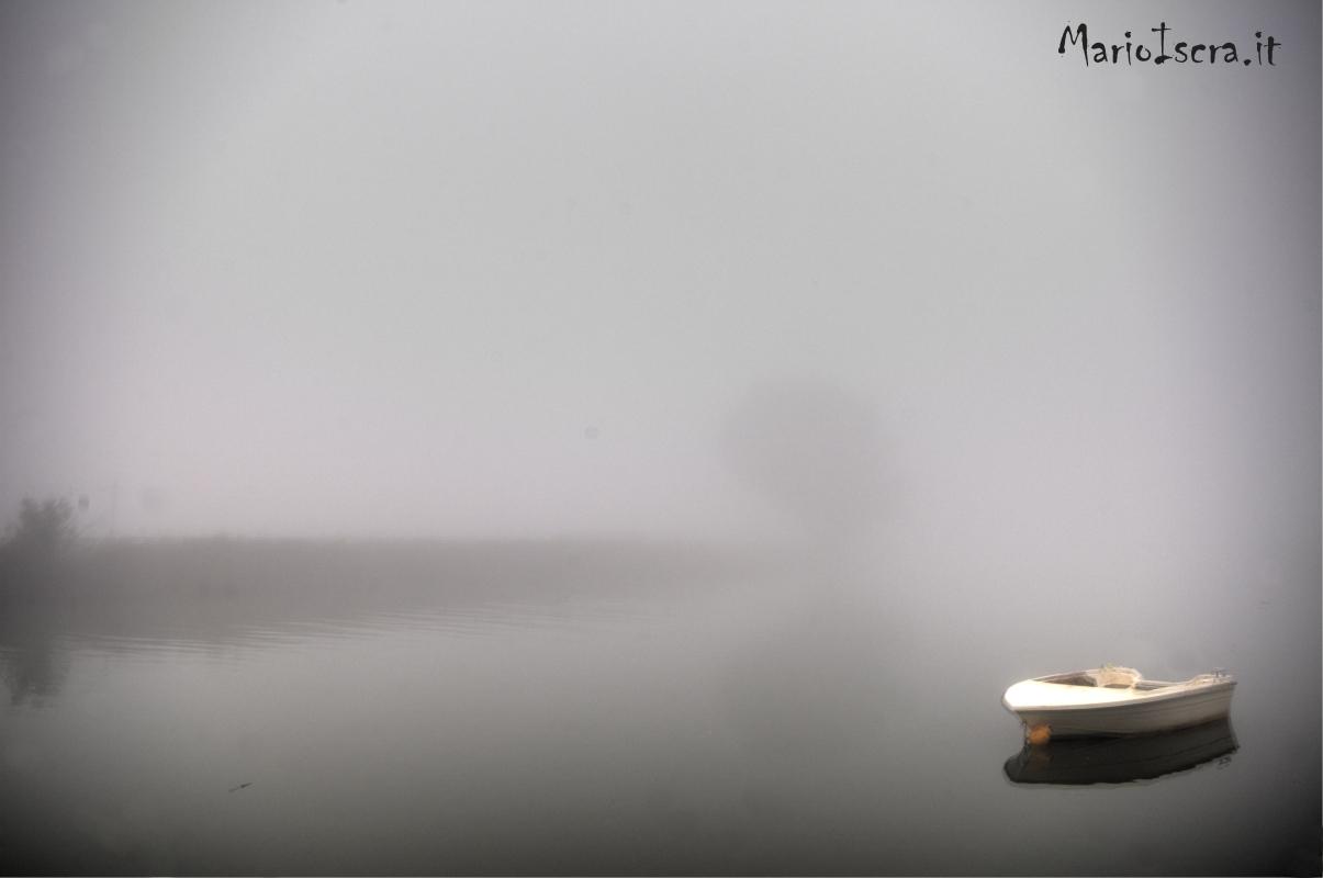 barca isolata in acqua